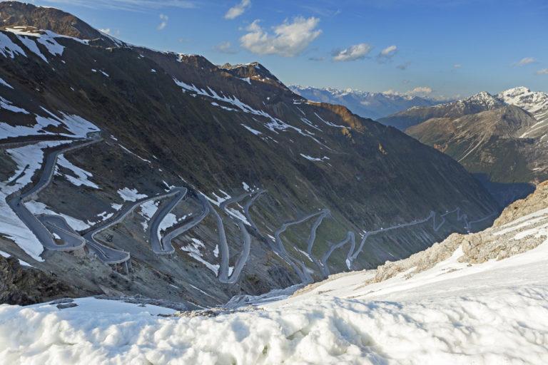 Blick auf die zahlreichen Kehren einer der spektakulärsten Bergstraßen der Welt, die Passstraße auf das Stilfser Joch.